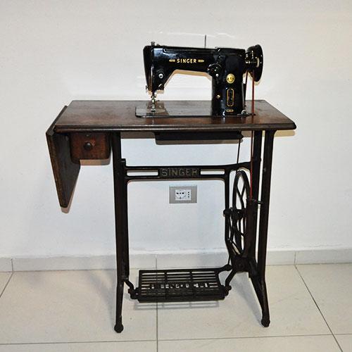 Macchina da cucire singer 306m su mobile con base in ghisa for Base per macchina da cucire